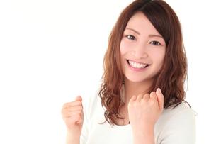 ガッツポーズする若い女性の写真素材 [FYI01242245]
