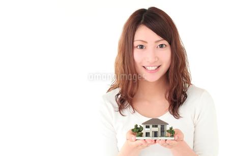 若い女性、住宅イメージの写真素材 [FYI01242253]