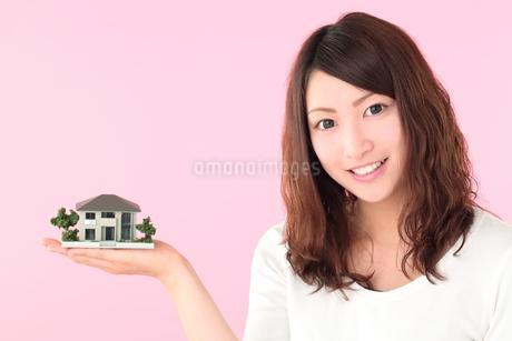 若い女性、住宅イメージの写真素材 [FYI01242267]