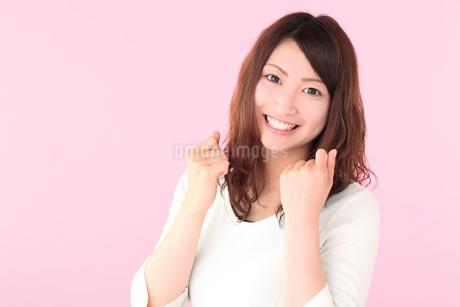 笑顔の若い女性の写真素材 [FYI01242273]