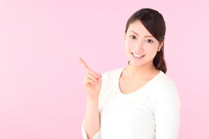案内する若い女性の写真素材 [FYI01242278]