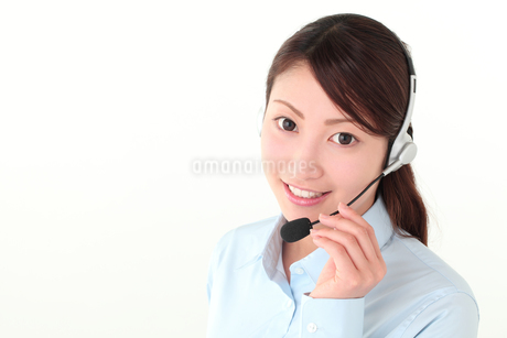コールセンターの若い女性の写真素材 [FYI01242291]