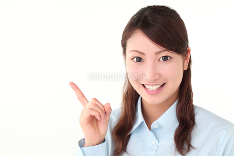 案内する若い女性の写真素材 [FYI01242296]