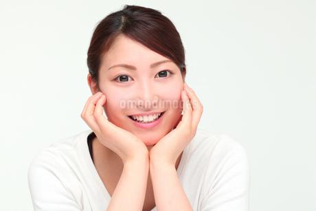 笑顔の若い女性の写真素材 [FYI01242304]