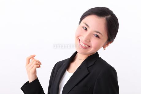 笑顔の若い女性の写真素材 [FYI01242330]