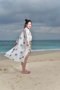 宮古島/冬のビーチでポートレート撮影の写真素材 [FYI01242340]