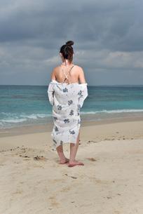 宮古島/冬のビーチでポートレート撮影の写真素材 [FYI01242343]