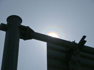道路案内標識の支柱で太陽を隠した花粉光環の写真素材 [FYI01242389]