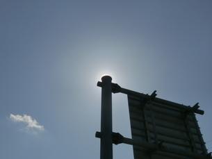 道路案内標識の支柱で太陽を隠した花粉光環の写真素材 [FYI01242391]