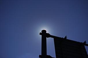 道路案内標識の支柱で太陽を隠した花粉光環の写真素材 [FYI01242394]