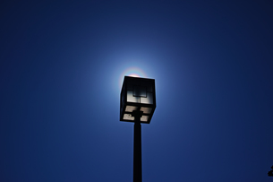 四角い街路灯で太陽を隠した花粉光環の写真素材 [FYI01242396]