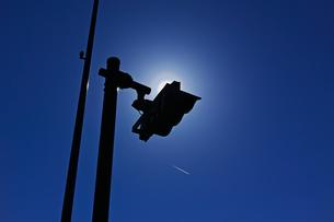 信号機で太陽を隠した花粉光環の写真素材 [FYI01242398]