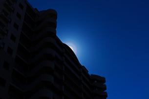 建物で太陽を隠した花粉光環の写真素材 [FYI01242399]