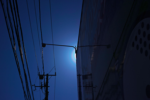 建物で太陽を隠した花粉光環の写真素材 [FYI01242401]