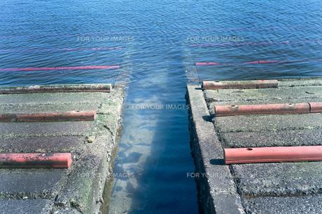 岸に船を上げるしくみの写真素材 [FYI01242495]