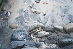 砂浜の岩と砂と風と波による模様の写真素材 [FYI01242505]