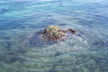 岩を中心に波紋が広がっているの写真素材 [FYI01242524]