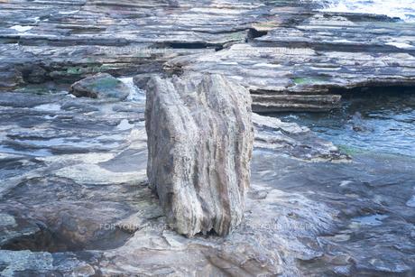 岩が岩礁にのりあがっているの写真素材 [FYI01242526]
