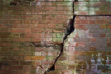 赤いレンガの壁の裂けめの写真素材 [FYI01242530]