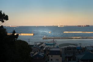 船が走水港に入港するところの写真素材 [FYI01242539]