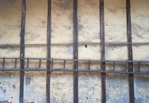 納屋の土壁とそこに掛けられたはしごの写真素材 [FYI01242544]