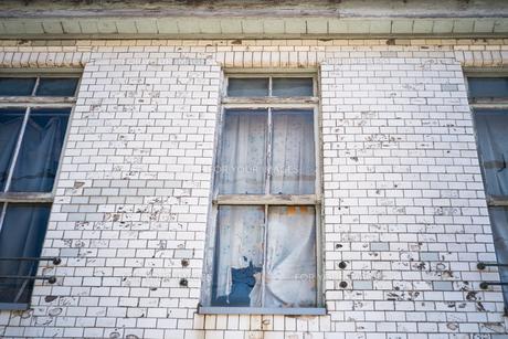 古いが素敵な形状の窓と壁、カーテンの写真素材 [FYI01242549]