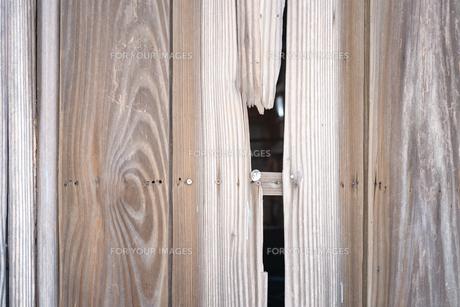 板の壁面の裂け目の写真素材 [FYI01242550]