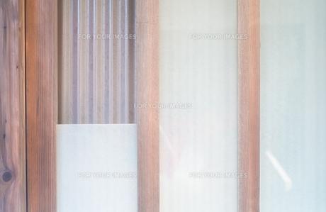乳白のガラスと窓のサッシの写真素材 [FYI01242553]
