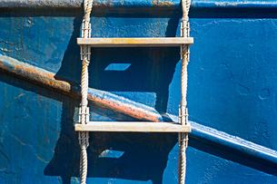 船の側面に梯子がかけられているの写真素材 [FYI01242555]
