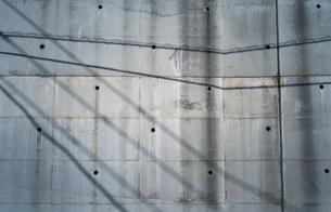 壁に電線の影が投影されているの写真素材 [FYI01242559]