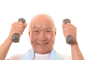 ダンベルで筋トレをしている日本人シニアの写真素材 [FYI01242649]