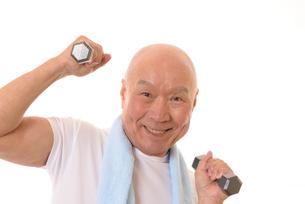 ダンベルで筋トレをしている日本人シニアの写真素材 [FYI01242669]