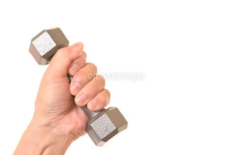 ダンベルを握るシニアの手の写真素材 [FYI01242733]