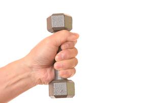 ダンベルを握るシニアの手の写真素材 [FYI01242734]