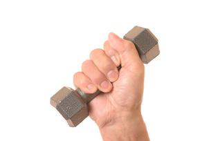 ダンベルを握るシニアの手の写真素材 [FYI01242735]