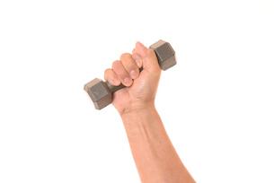 ダンベルを握るシニアの手の写真素材 [FYI01242736]