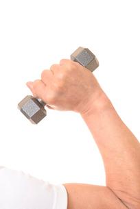 ダンベルを握るシニアの手の写真素材 [FYI01242742]