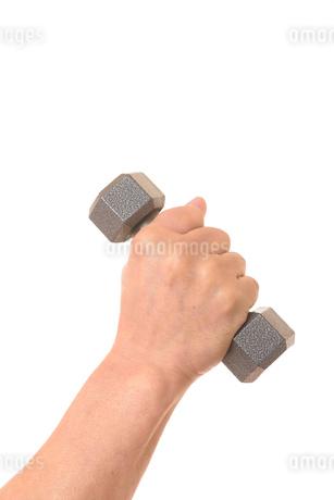ダンベルを握るシニアの手の写真素材 [FYI01242743]