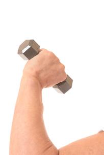 ダンベルを握るシニアの手の写真素材 [FYI01242744]