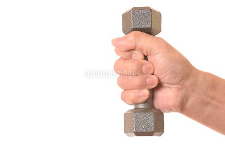 ダンベルを握るシニアの手の写真素材 [FYI01242745]