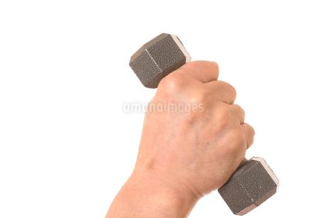 ダンベルを握るシニアの手の写真素材 [FYI01242747]