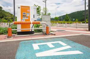 高速道路の電気自動車用充電場所の写真素材 [FYI01242790]