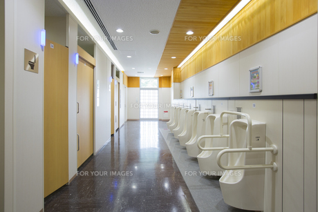 サービスエリアのトイレの写真素材 [FYI01242793]