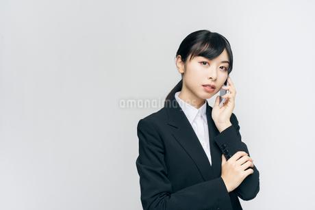 電話中の女性。スーツ。スマートフォン。の写真素材 [FYI01242815]