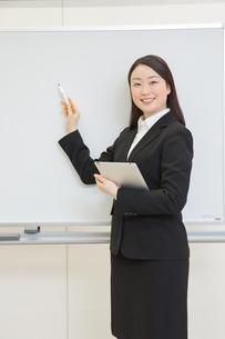 研修中の女性新入社員の写真素材 [FYI01242816]
