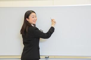研修中の女性新入社員の写真素材 [FYI01242817]