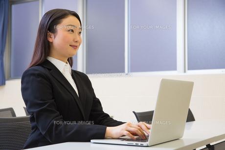 研修中の女性新入社員の写真素材 [FYI01242819]