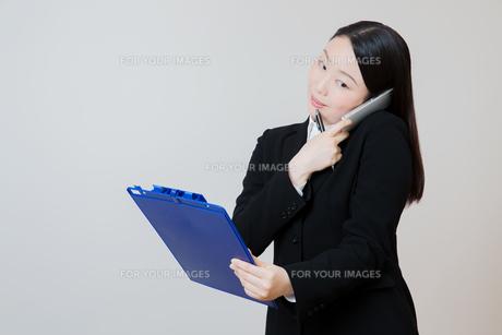 新人研修中の女性 の写真素材 [FYI01242851]
