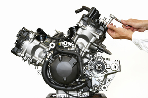 バイクエンジンの分解整備の写真素材 [FYI01242931]