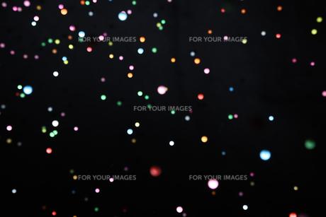 飛散る発泡スチロールのボールの写真素材 [FYI01242996]